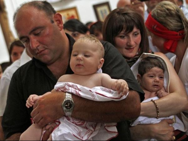 Cerimônia coletiva na Geórgia batiza cerca de 400 bebês ao mesmo tempo