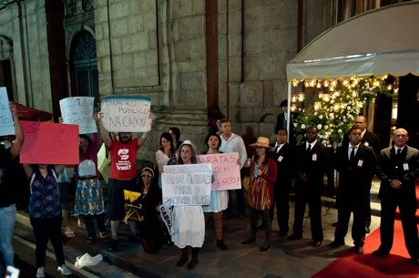 Convidado de casamento de luxo atira cinzeiro da varanda do Copacabana Palace e fere manifestante