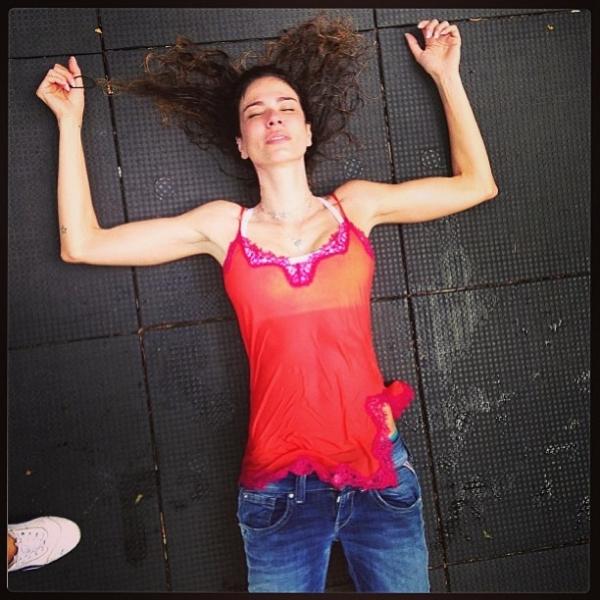 Luciana Gimenez posta foto estirada no chão