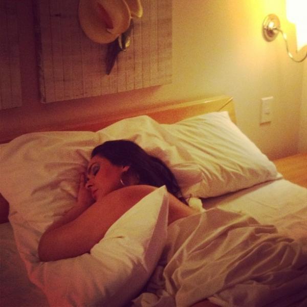 Mulher Melancia tira foto enrolada em lençol e filosofa em rede social