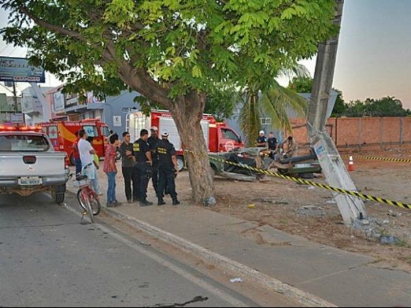 Acidente parte carro ao meio, mata jovem e deixa 4 feridos