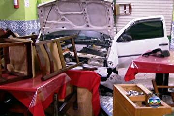 Carro com adolescentes invade churrascaria