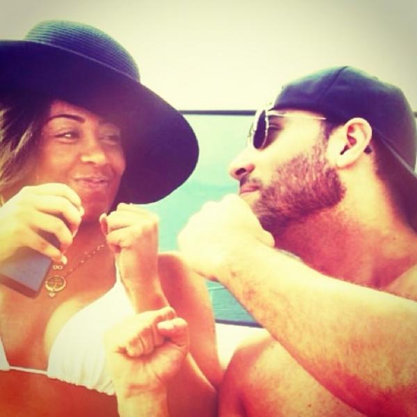 De biquíni, irmã de Neymar curte dia de sol bem acompanhada