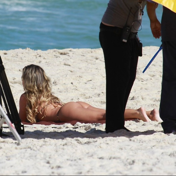 Fernanda Souza mostra belo corpo ao gravar