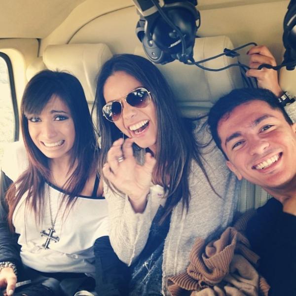 Anitta faz cara de medo em viagem de helicóptero para São Paulo