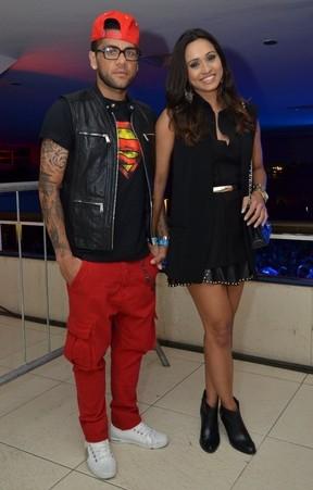 Daniel Alves mostra todo seu estilo em noitada com a namorada atriz de
