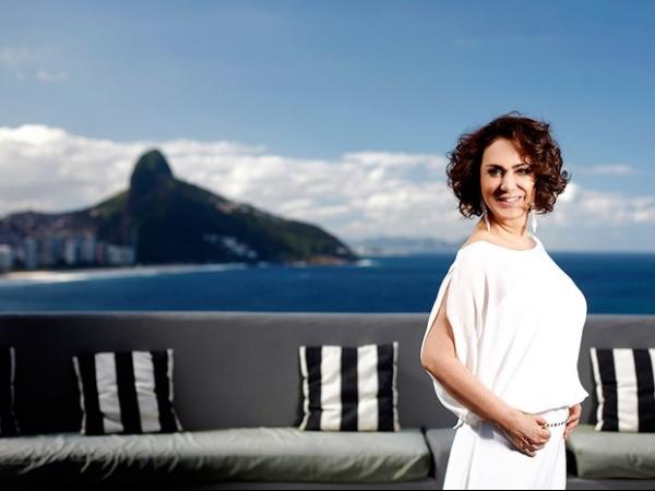 Aos 60 anos, Eliane Giardini fala de beleza e afirma que é cantada na rua