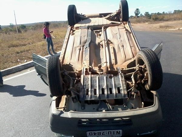 Carro com cinco pessoas capota na BR-230; sem feridos