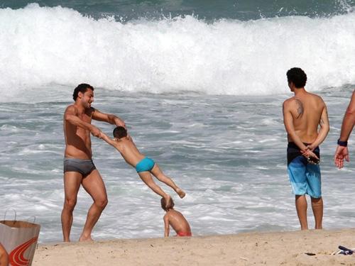 Fred brinca com sobrinho na praia do Leblon, no Rio de Janeiro