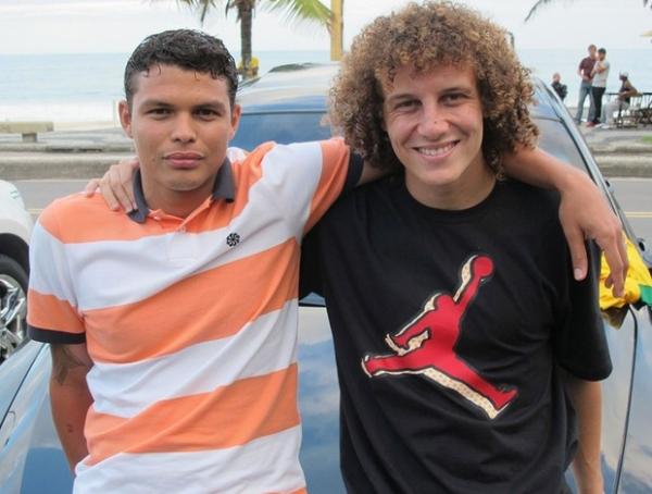 Ídolos imitam fãs: David Luiz e Thiago Silva repetem sósias mirins do Piauí