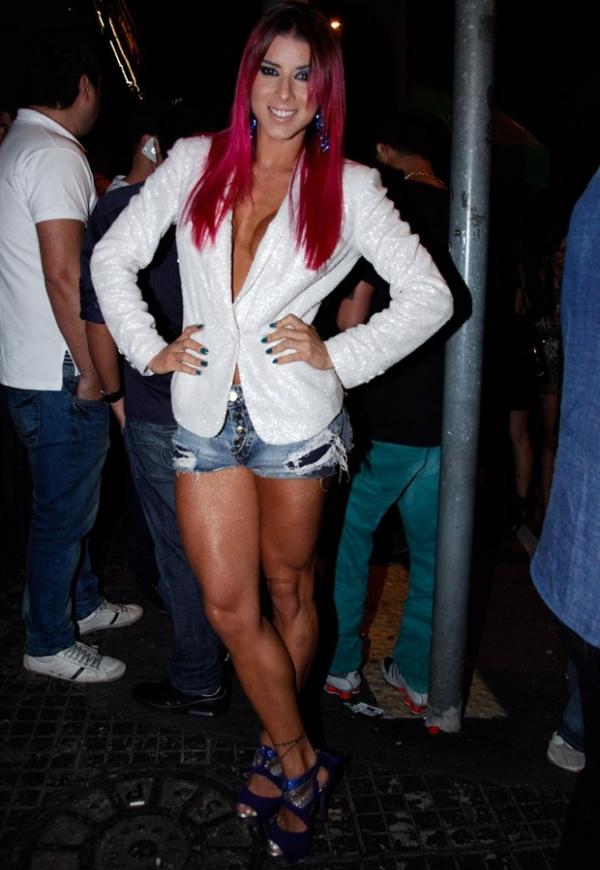 Sem sutiã, ex-panicat Thaís Bianca mostra decote generoso em show