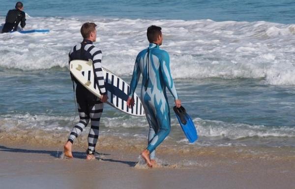 Cientistas criam traje capaz de deixar surfistas invisíveis a tubarões