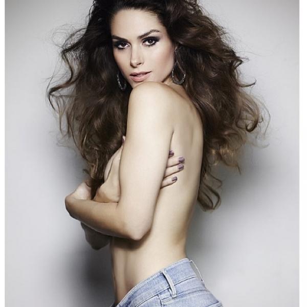 Fernanda Machado posta foto fazendo topless