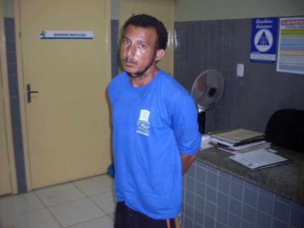 Homem embriagado e armado com uma foice tenta matar esposa e vizinhos