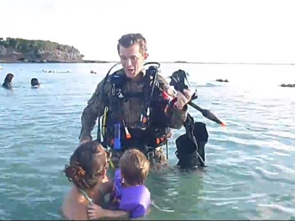Militar se reencontra com a família ao surgir em praia como mergulhador