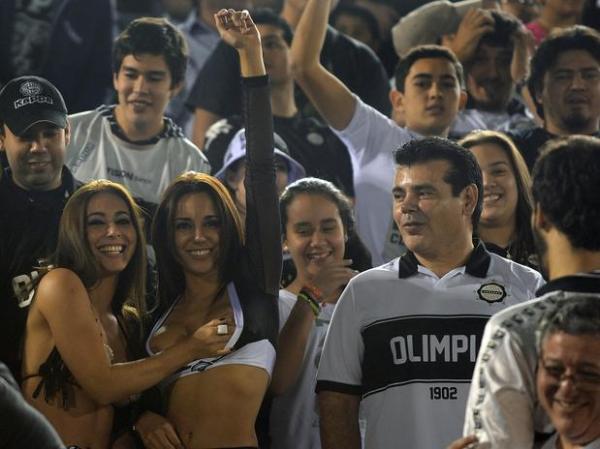 Paraguaias roubam a cena e pagam peitinho na arquibancada do Defensores del Chaco
