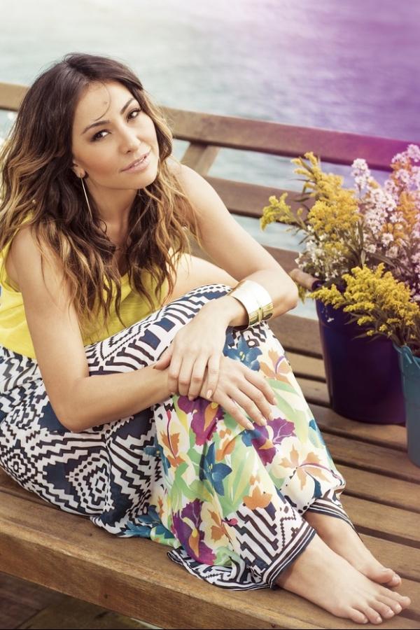 Sabrina Sato posa em clima de verão para campanha de moda