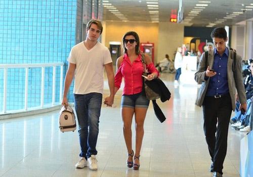 A panicat e o filho de Eike Batista mostraram que estão apaixonados ao serem vistos no Aeroporto Santos Dumont,na tarde desta sexta-feira, 19.