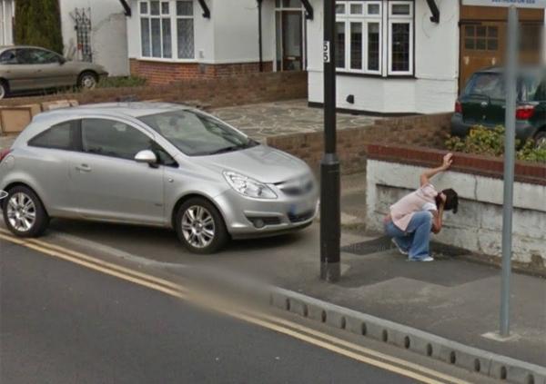 Mulher é flagrada pelo Street View vomitando e exibindo fio-dental
