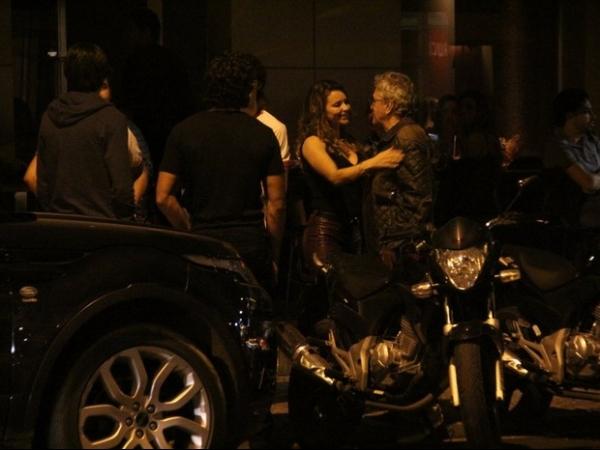 Novo casal? Jesus Luz  e Rita Guedes trocam carinhos em restaurante