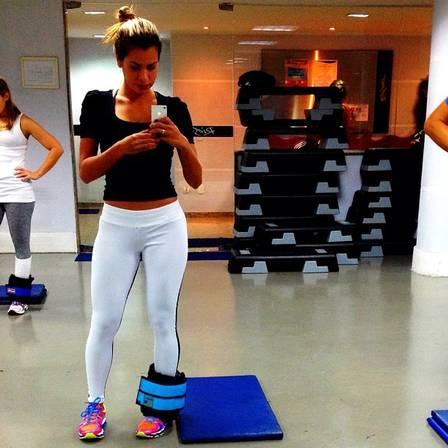 Ex-BBB Adriana mostra cintura fina e conta mudança na dieta após passar mal em viagem