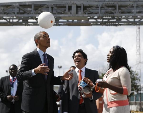 Obama arrisca embaixadinha com bola