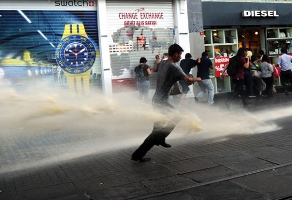 Com água, polícia impede casamento de manifestantes em parque turco