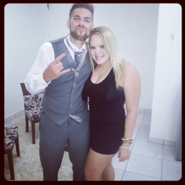 Depois de eliminar 22kg, ex-BBB Paulinha  posa de vestido coladinho com ex-brother