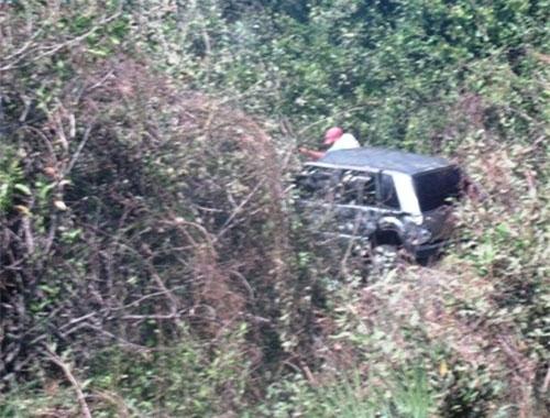 Motorista cochila ao volante e veículo com três pessoas vai parar dentro de aterro