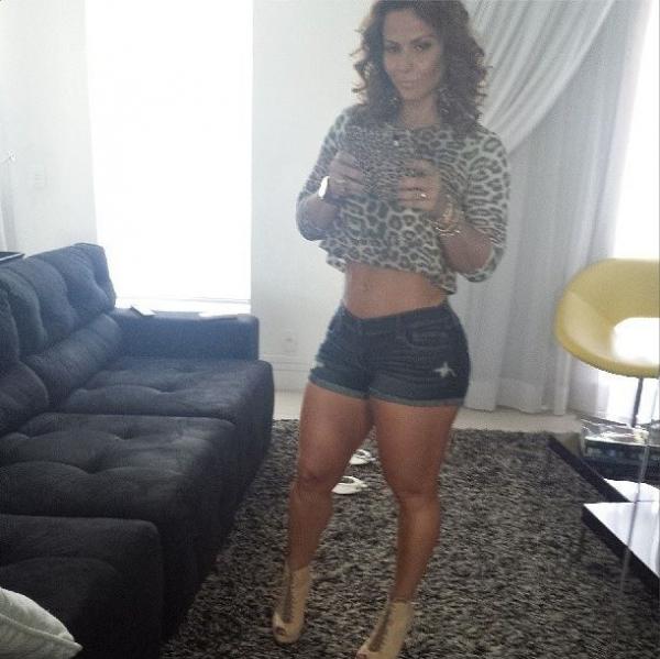 Depois de noite no samba, Viviane Araújo volta a colocar shortinho