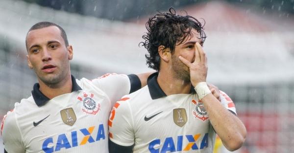 Em gramado encharcado, Pato marca e Corinthians fica no 1 a 1 com Atlético-PR