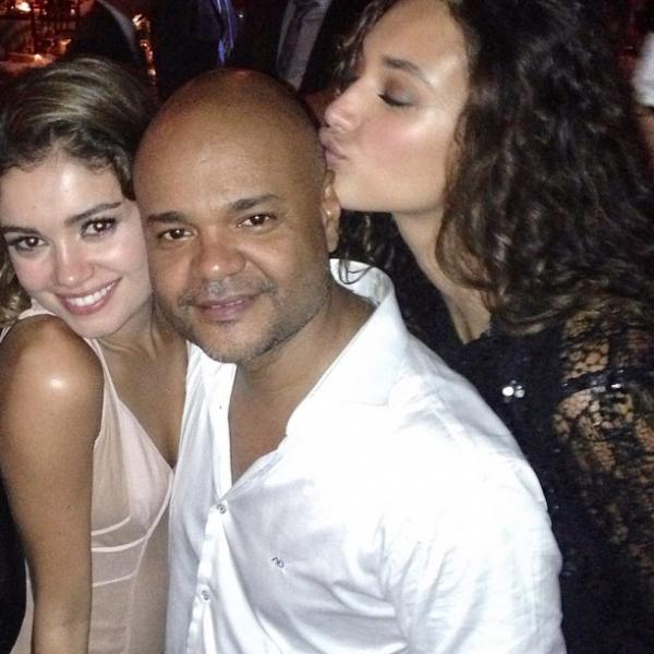 Fiorella Mattheis e Flávio Canto casam e se beijam na pista de dança da festa