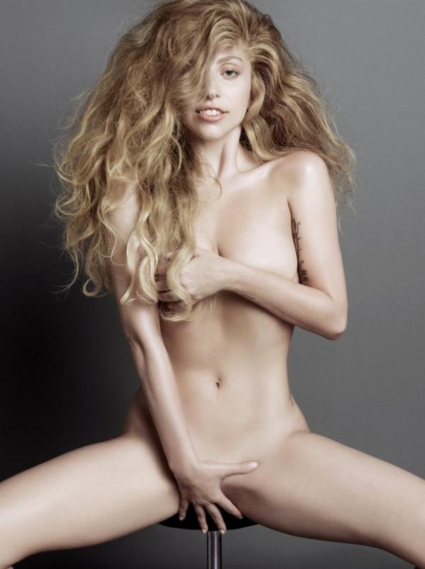 Lady Gaga posa nua para revista