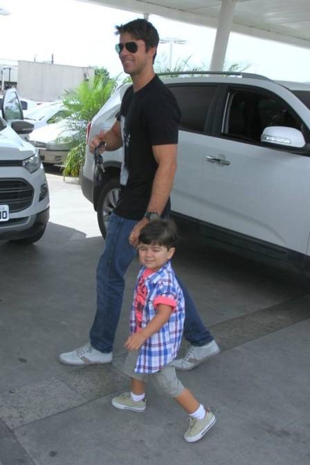 Marido de Juliana Paes leva filho mais velho para conhecer irmãozinho; fotos