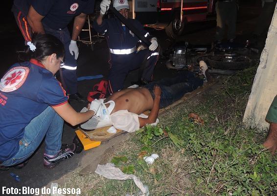 Parnaíba: Homem fica gravemente ferido após perder controle da moto e colidir em poste