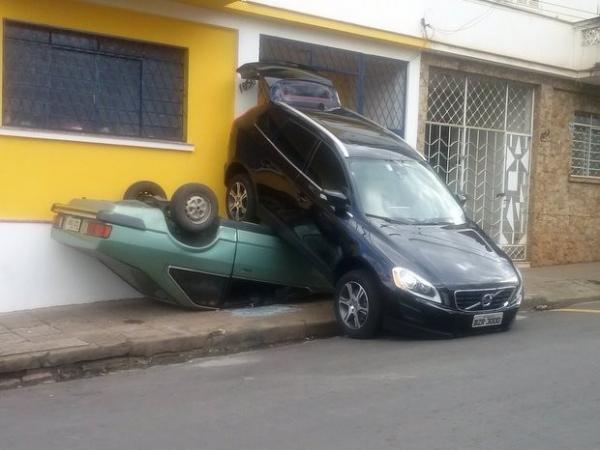 Volvo em marcha a ré atropela Corcel em frente a lava-rápido em SP