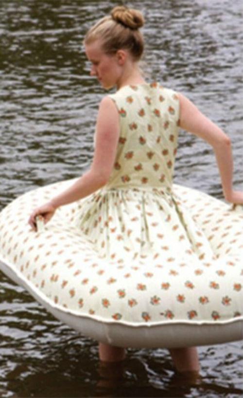 Artista australiana cria vestido que vira bote inflável para salvar mocinhas