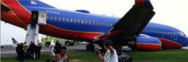 Avião aterrissa sem o trem de pouso dianteiro em NY e deixa 3 feridos