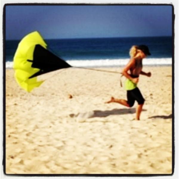 Carolina Dieckmann faz exercícios na praia com paraquedas