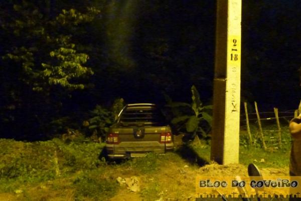 Motorista perde controle de carro e bate em cerca de arame na PI-211