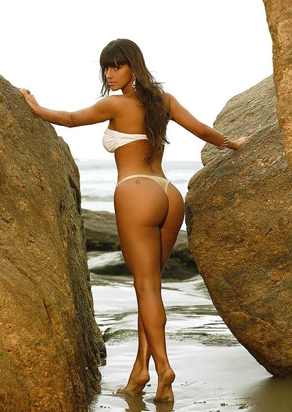 Panicat Carol Dias posa de biquíni para calendário de boate