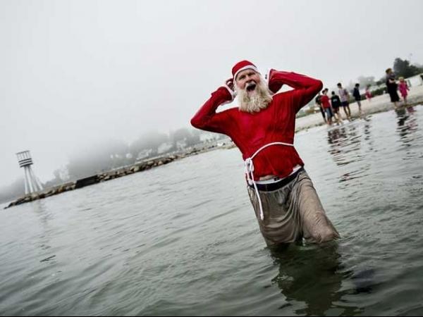 Papai Noel toma banho de mar vestido a caráter na Dinamarca