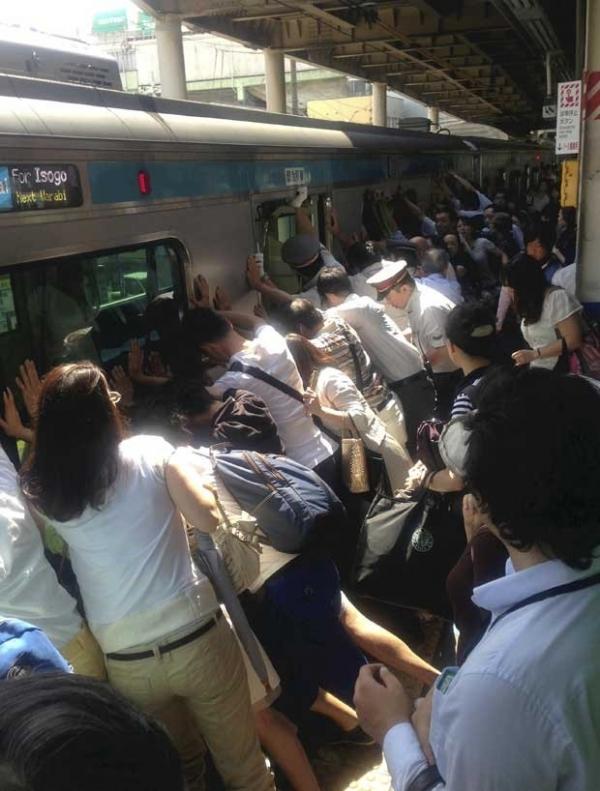 Passageiros de trem empurram vagão no  Japão para resgatar mulher após queda