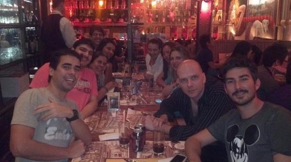 Sheila Mello comemora aniversário com marido e elenco de peça