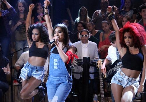 Com visual comportado, Anitta revela: ?Não sou cantora de uma música só?