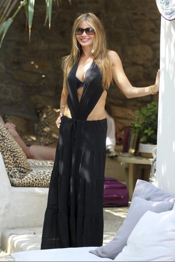 Na Grécia, Sofia Vergara usa maiô ousado em dia de praia
