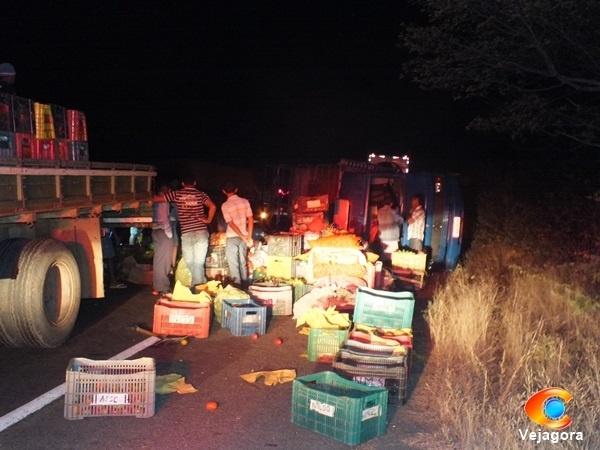 Acidente entre caminhão de feirantes e carreta deixa vítima fatal e 3 feridos em Oeiras