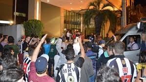 Atleticanos criam clima de guerra em hotel do Olimpia e entram em confronto com a polícia