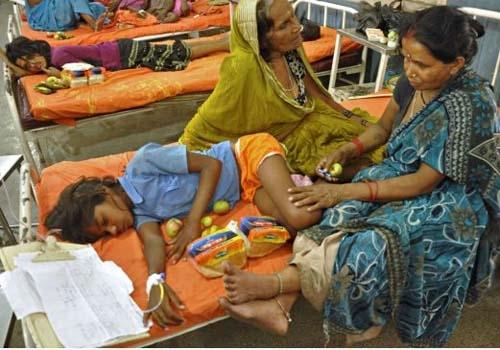 Diretora de escola indiana onde crianças morreram envenenadas é detida