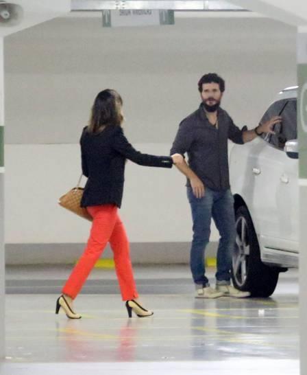 Mariana Rios e Daniel de Oliveira fogem ao serem flagrados por paparazzo em jantar romântico